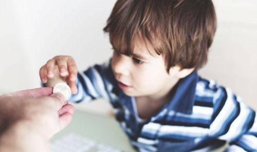 小男孩来说伸出手,向妈妈要一点零花钱,是因为这个青春期的男孩子知礼
